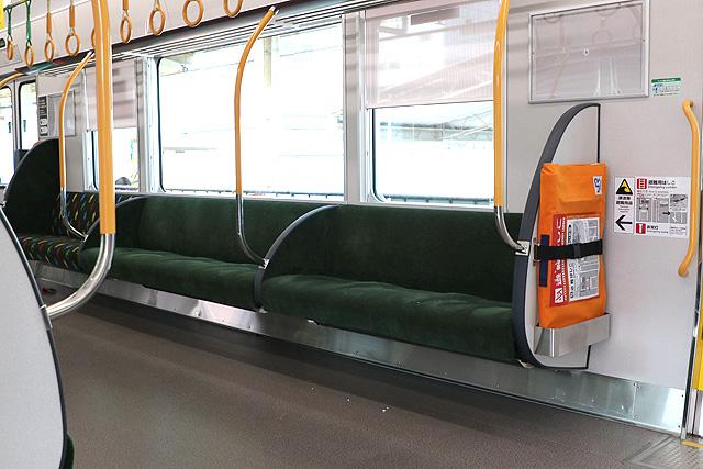 JR西日本227系1000番台 座席、袖仕切り、スタンションポール、カーテン、避難はしご