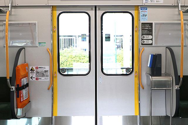 JR西日本227系1000番台 客用ドア、カードリーダー、半自動ボタン