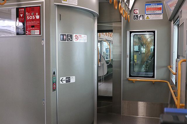 JR西日本227系1000番台 貫通路、身障者対応トイレ、フリースペース
