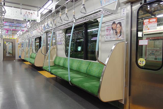 都営地下鉄10-300形(5次車)座席、袖仕切り、スタンションポール