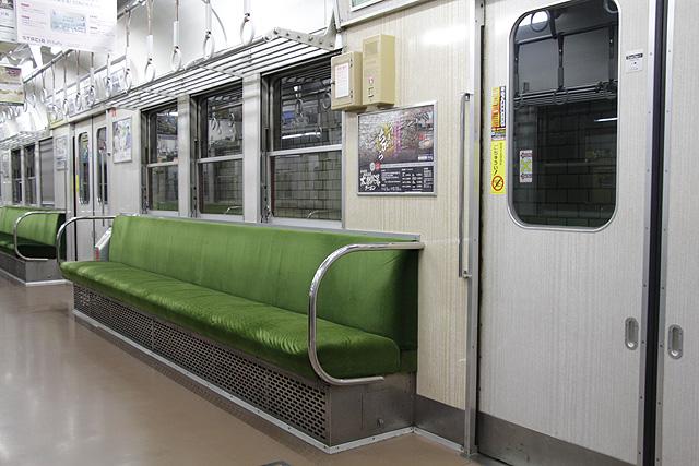 神鉄1350形(未更新車)座席、袖仕切り