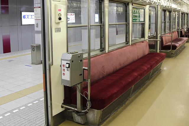 北陸鉄道8000系(8800番台) 座席、整理券発行機、半自動ドアスイッチ