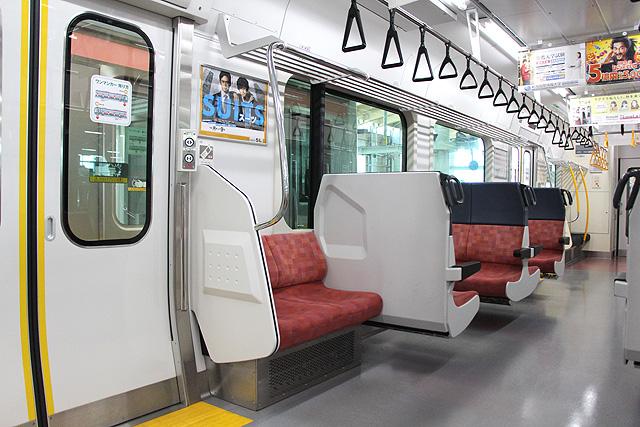 JR東日本E129系 座席(セミクロスシート)、袖仕切り、ドア開閉スイッチ