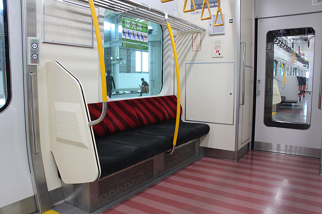 JR東日本E129系 優先席、スタンションポール