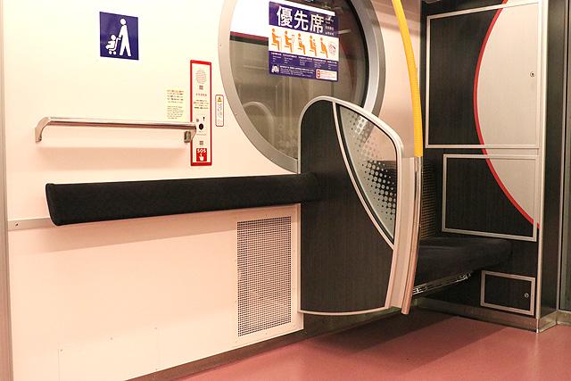 東京メトロ2000系 フリースペース、簡易腰当
