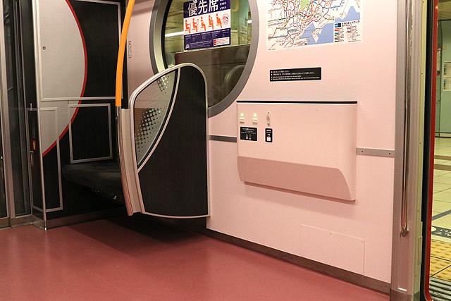 東京メトロ2000系 フリースペース、小テーブル