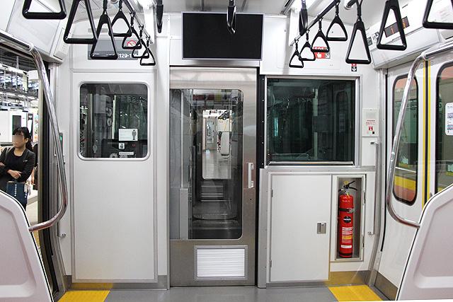 JR東日本E129系 乗務員室背面、運賃表示器