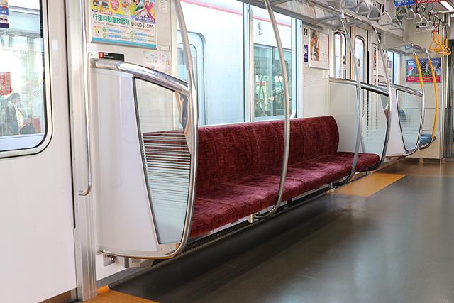 東武70000系 座席、袖仕切り、スタンションポール