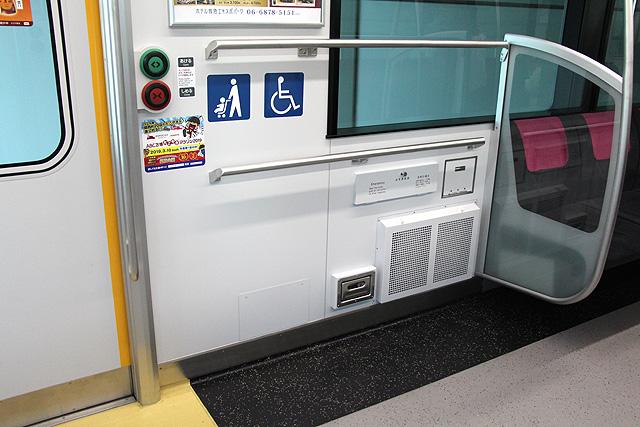 大阪モノレール3000系 車いすスペース、スマートドア