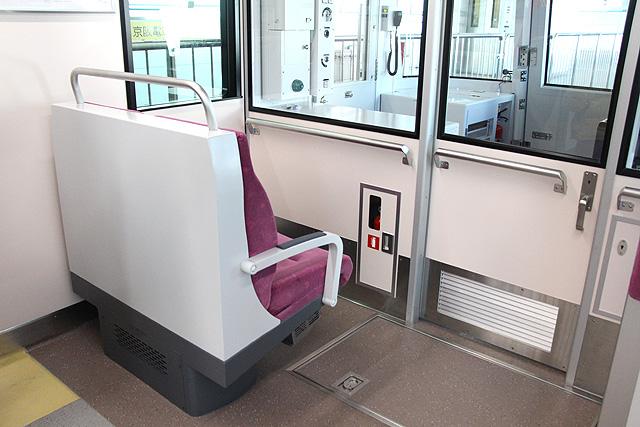 大阪モノレール3000系 乗務員室背面座席