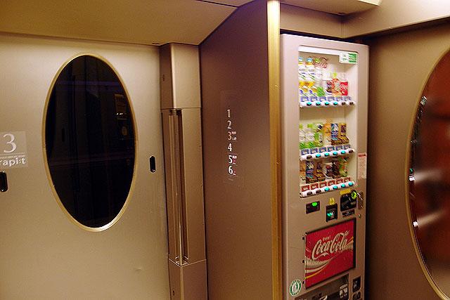 南海50000系 デッキ、自販機コーナー