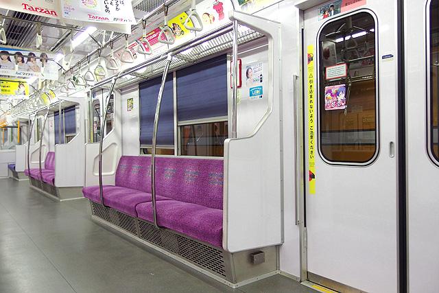 東京メトロ8000系(後期修繕車)座席、袖仕切り、スタンションポール、カーテン