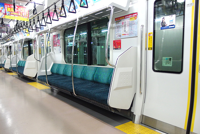 JR東日本E233系7000番台 座席、袖仕切り、スタンションポール