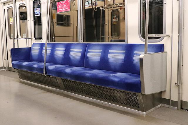 西武6000系(ステンレス車、直通対応)座席、袖仕切り、スタンションポール