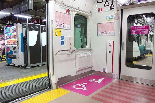 JR東日本E233系7000番台 車いすスペース