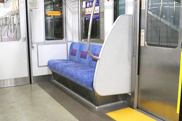 京王7000系(2連ワンマン車)優先席(おもいやりぞーん)