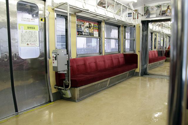 北陸鉄道7700系 整理券発行機、貫通路