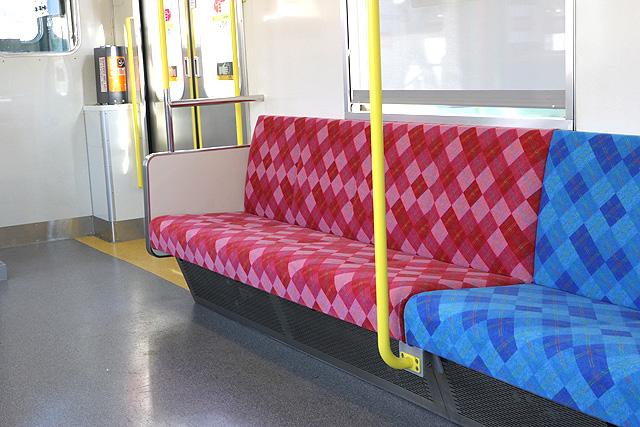 上信電鉄700形 優先席、スタンションポール