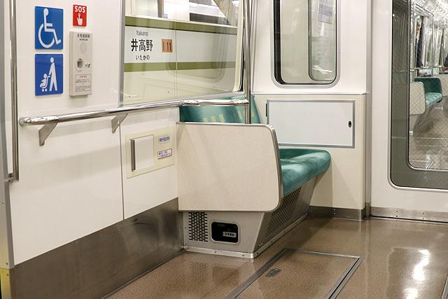 Osaka Metro 80系 車いすスペース