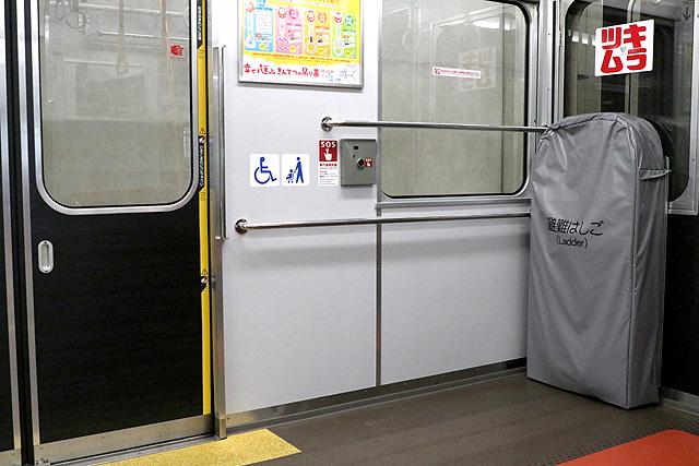 近鉄2800系AX17編成(B更新車)車いすスペース、避難はしご