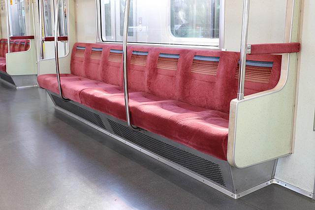 東京メトロ05系7次車 座席、袖仕切り、スタンションポール