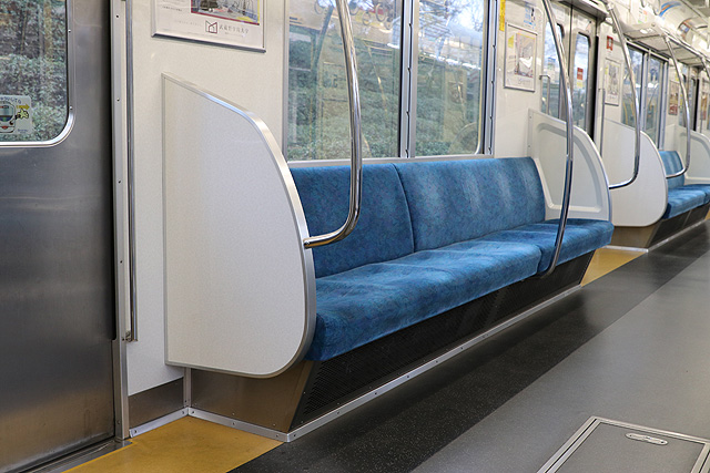 西武新2000系(リニューアル車)座席、袖仕切り、スタンションポール