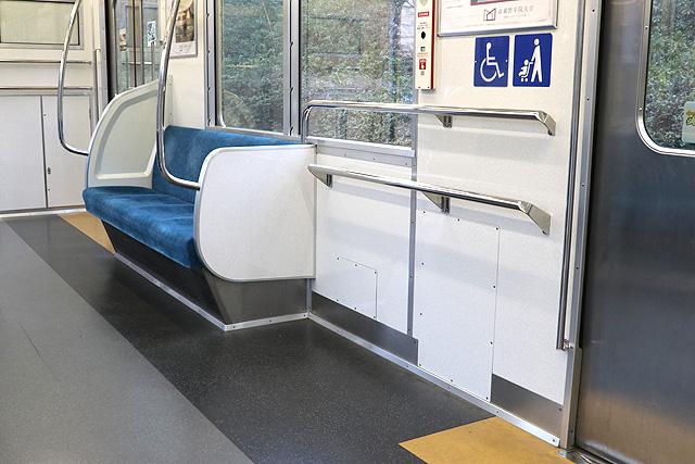 西武新2000系(リニューアル車)車いすスペース