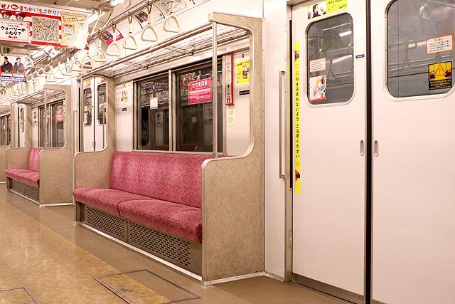 東京メトロ7000系(初期車)座席、袖仕切り