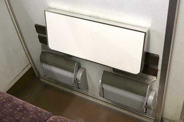 東武200系 折り畳みテーブル、フットレスト