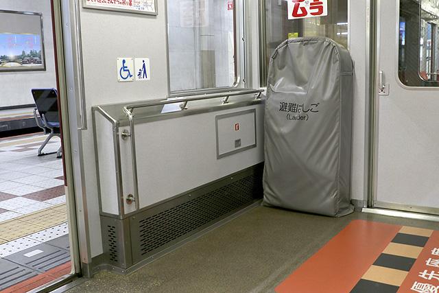 近鉄1420系 車いすスペース、避難はしご