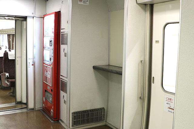 東武200系 デッキ、元公衆電話スペース、自動販売機、ゴミ箱