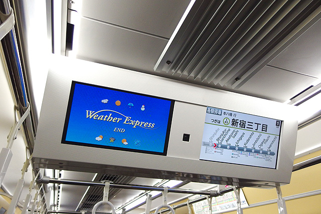 京王5000系1次車(ロングシート時)LCD車内案内装置(天井部)、防犯カメラ