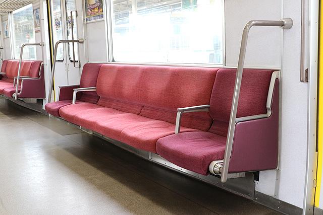 近鉄3220系 座席、袖仕切り、らくらくコーナー