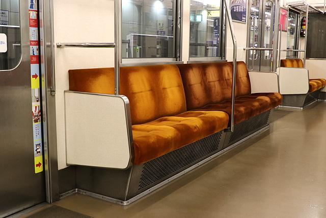 東急8500系(更新車)座席、袖仕切り、スタンションポール