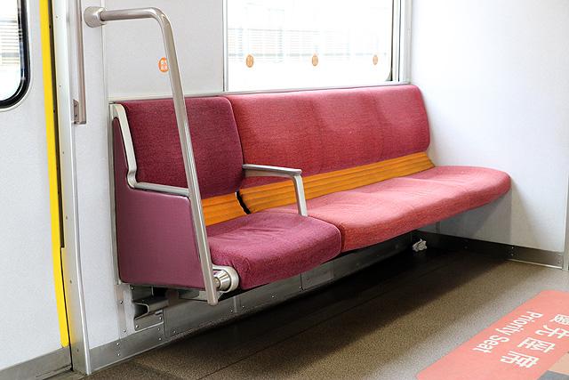 近鉄3220系 優先座席、らくらくコーナー