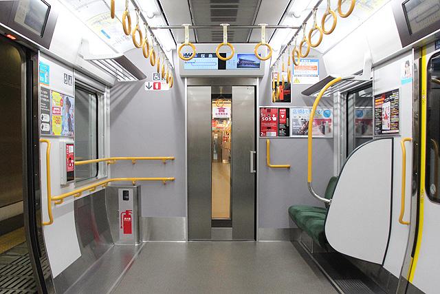 JR西日本323系 貫通路