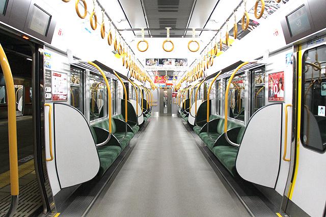 JR西日本323系車内