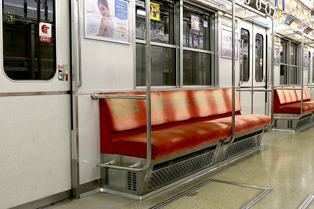 Osaka Metro 10A系 座席、袖仕切り、スタンションポール