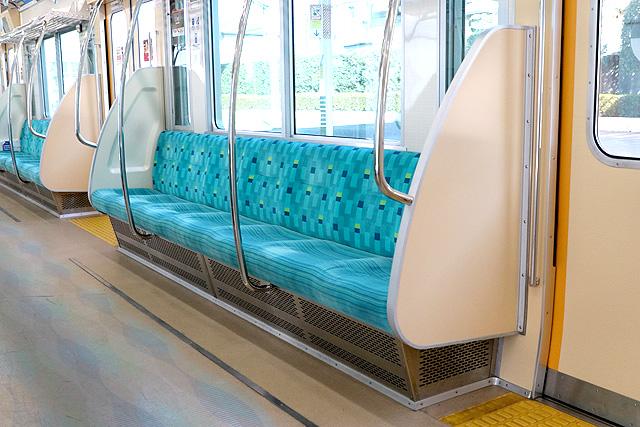 小田急1000形(リニューアル車)座席、袖仕切り、スタンションポール