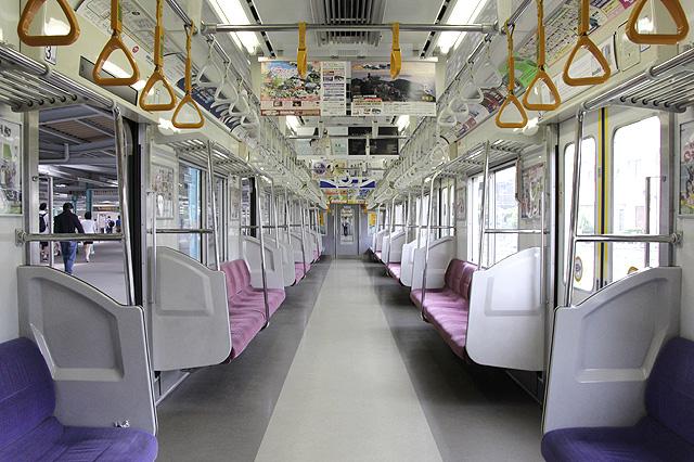 京王9000系(8両編成車)車内