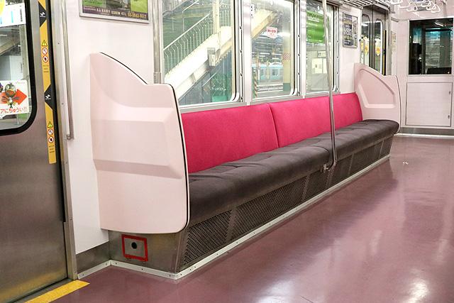 新京成8800形(リニューアル車)座席、袖仕切り、スタンションポール