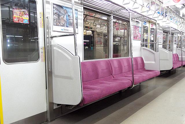 京王9000系(8両編成車)座席、袖仕切り、スタンションポール