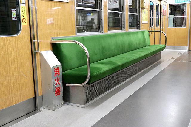 神鉄1350形(リニューアル車)座席、袖仕切り、消火器
