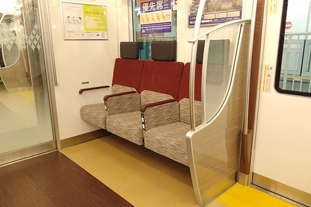 京王5000系京王ライナー(2次車)車端部3人掛けシート(おもいやりぞーん)袖仕切り、肘掛
