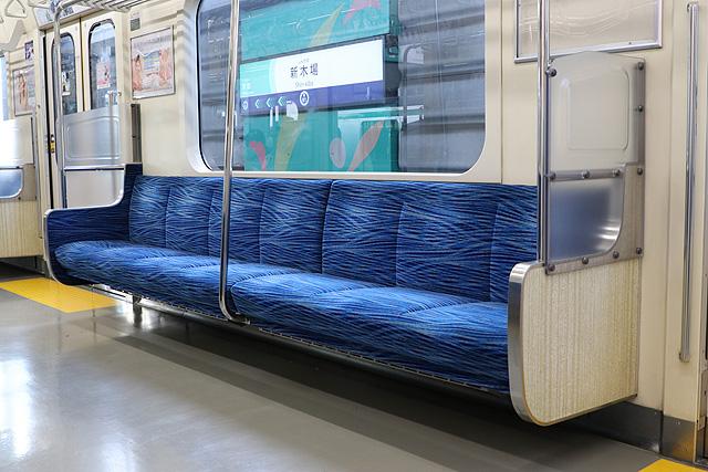 東京臨海高速鉄道70-000形 座席、袖仕切り、スタンションポール