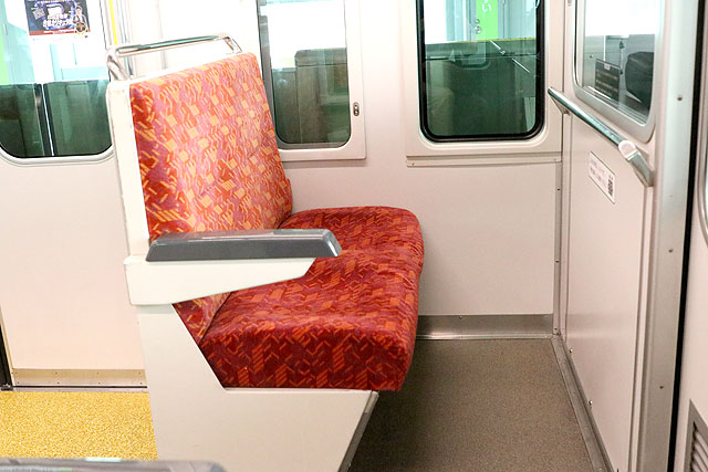 多摩モノレール1000系 乗務員室背面座席