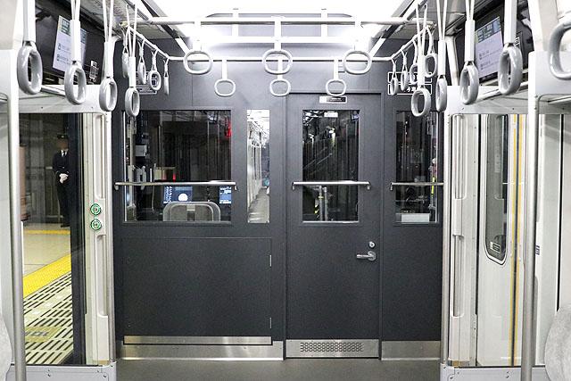 相鉄20000系 乗務員室背面、鏡