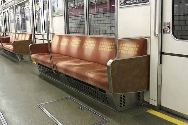 Osaka Metro 25系 座席、袖仕切り、スタンションポール