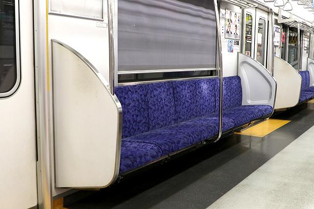 東武50050系(初期車)座席、袖仕切り、スタンションポール、カーテン