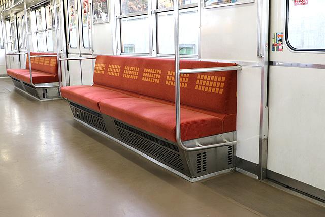Osaka Metro 20系 座席、袖仕切り